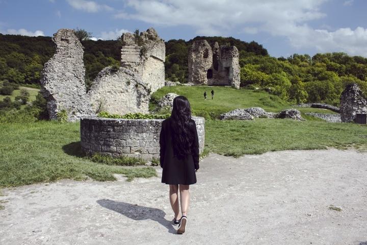 Sisa bangunan kastil dibagian kiri