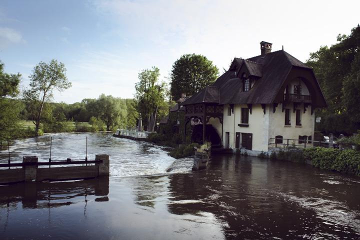 Restauran yang terletak di tepi sungai beserta Moulin (mill)