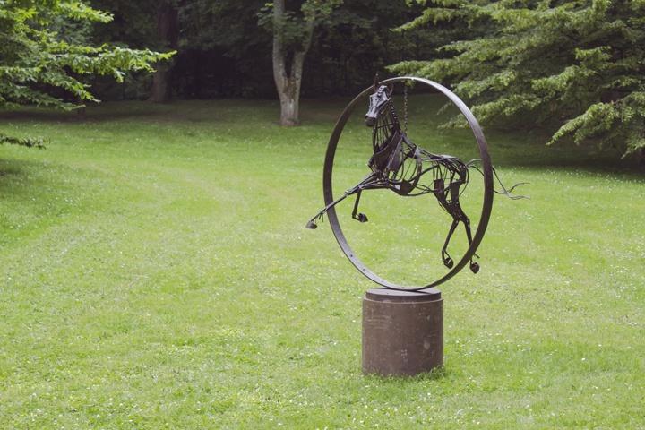 Seni dari Christophe DUMONT yang ada di area taman milik Alexandre Dumas