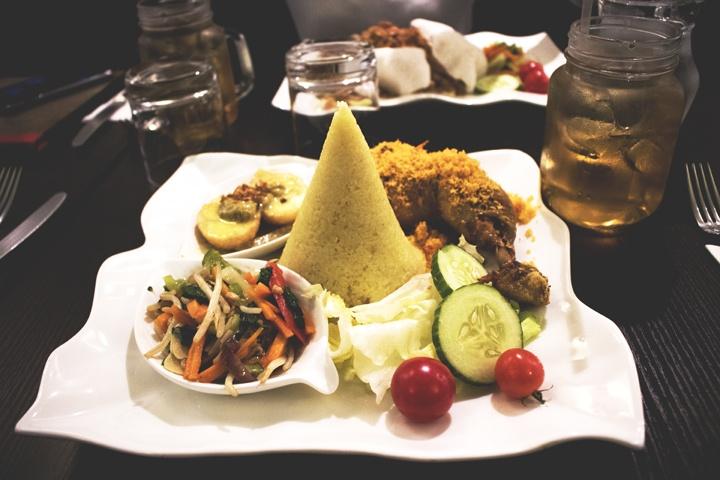 Nasi Kuning dengan berbagai macam toping