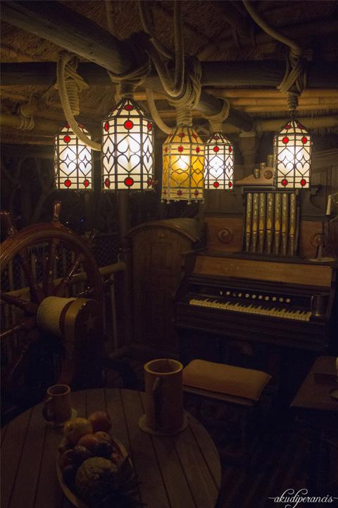 Jalan-Jalan Ke Disneyland Paris-piano di dalam rumah pohon