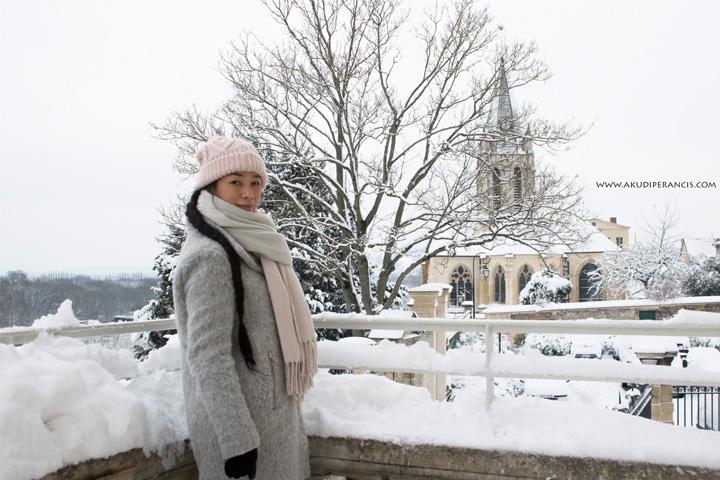 Turunnya Badai Salju Di Paris dan Sekitarnya-di depan gereja