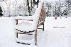 Turunnya Badai Salju Di Paris dan Sekitarnya-Kursi yang diselimuti oleh salju