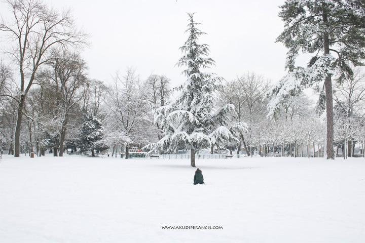 Turunnya Badai Salju Di Paris dan Sekitarnya-Seorang anak membuat boneka salju