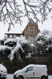 Turunnya Badai Salju Di Paris dan Sekitarnya-rumah penduduk