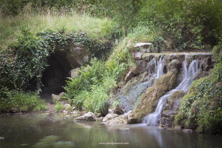La Grotte des Naïades & chute d'eau