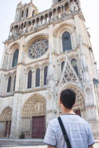 Di depan katedral Mantes La Jolie