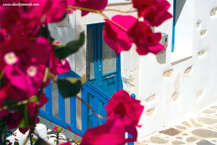 Pintu berwarna biru merupakan ciri khas pulau Yunani