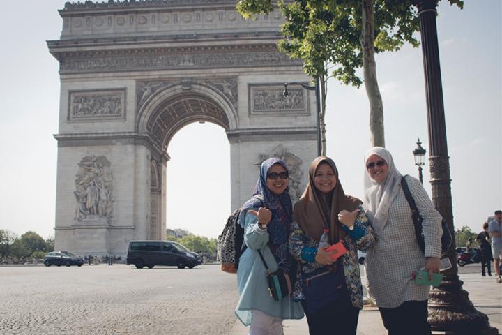 Berpose di depan Arc de Triomphe